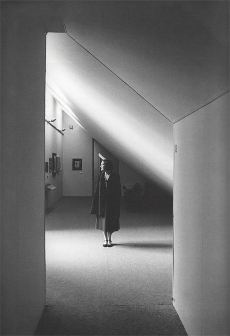 Lea Vergine tra le sale della mostra a Palazzo Reale, 1980