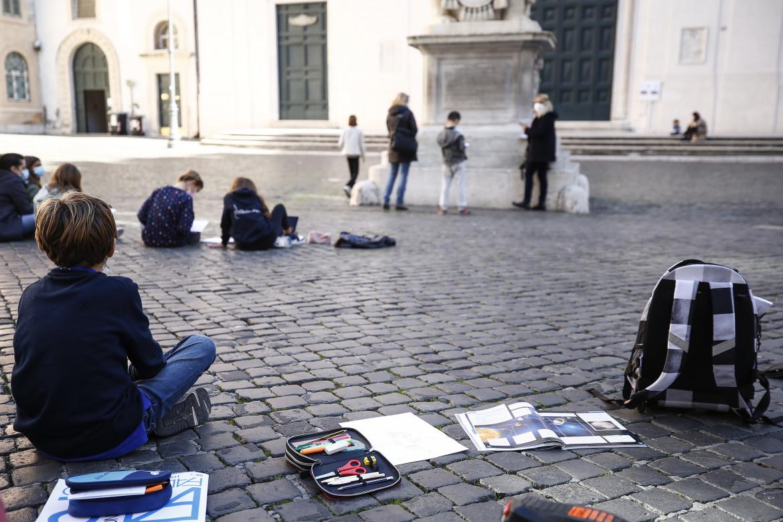 Roma, una classe quinta della scuola elementare Gianturco fa lezione all'aperto