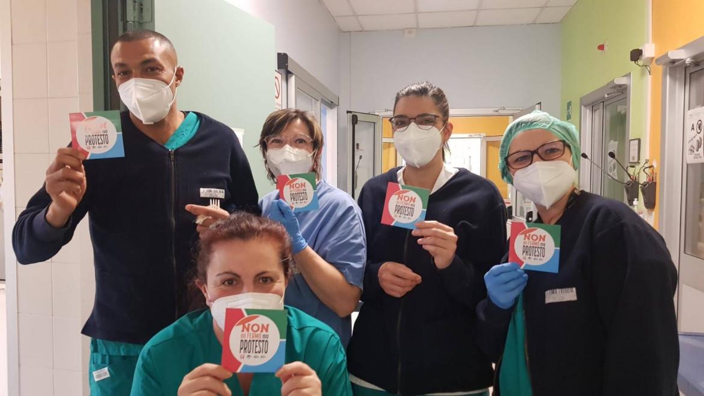 La protesta dei medici e infermieri che non hanno potuto scioperare