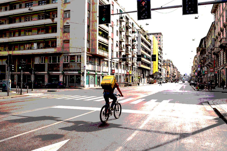 Rider nelle strade di Milano deserta, foto Eugenio Marongiu per Shutterstock Inc.