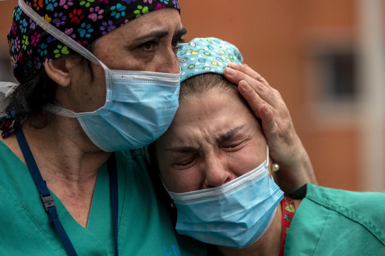 Due infermiere piangono la scomparsa di un loro collega a Leganes, in Spagna