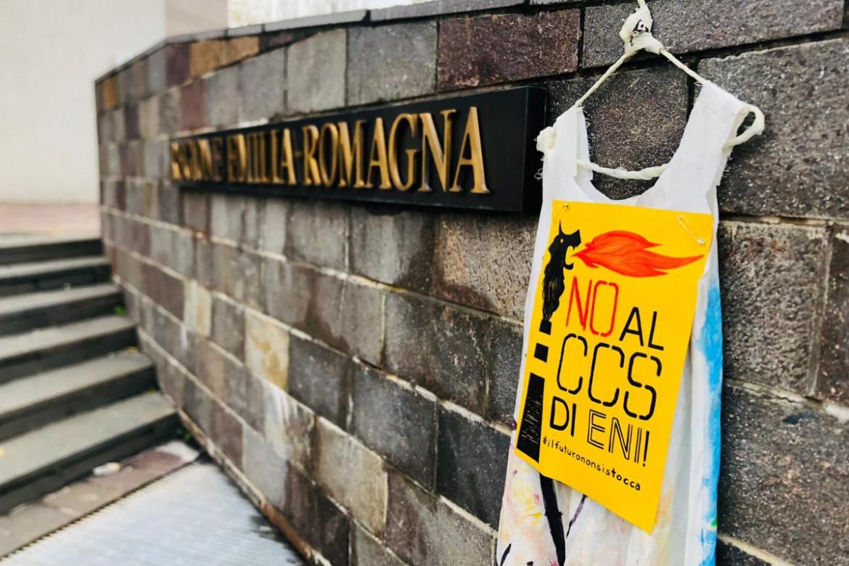 I cartelli davanti alla sede della Regione Emilia Romagna