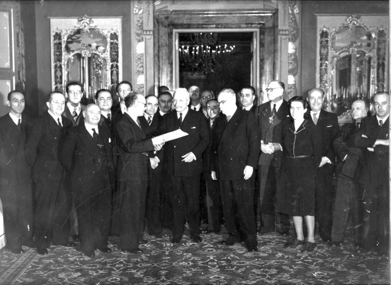 Umberto Terracini consegna il testo della Costituzione italiana a Enrico De Nicola