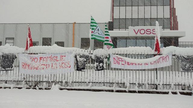 Il presidio sotto la neve dei lavoratori della Voss di Osnago (Lecco)