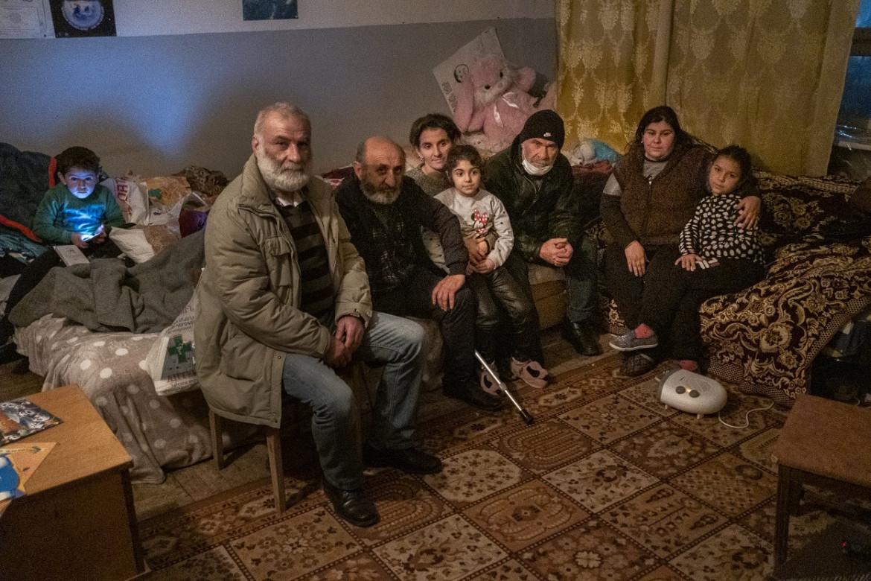 Una famiglia armena fuggita da Martakert nel centro per rifugiati di Metsamor