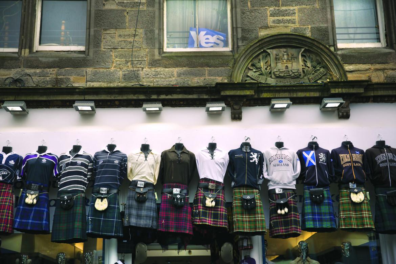 Sì per il referendum sull'indipendenza scozzese del 2014 esposto in una finestra sopra un negozio di kilt a Edimburgo