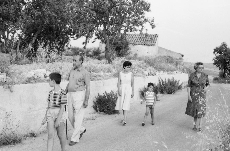 Leonardo Sciascia insieme alla moglie Maria Andronico, alla figlia e ai nipoti nell'estate del 1982. La foto è di Nino Catalano