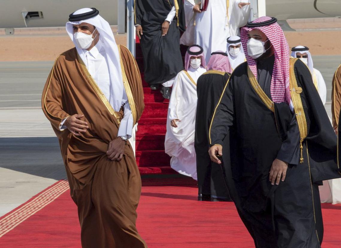 Il principe Mohammed bin Salman dà il benvenuto all'emiro del Qatar Tamim bin Hamad al-Thani