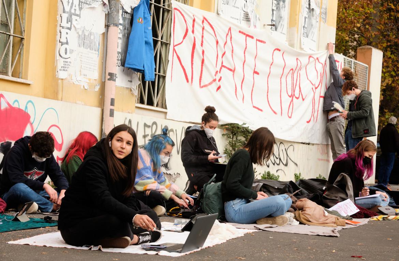Una protesta contro la dad di studenti di un liceo romano