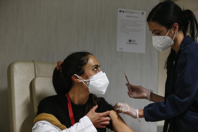 Roma, vaccinazioni del personale sanitario
