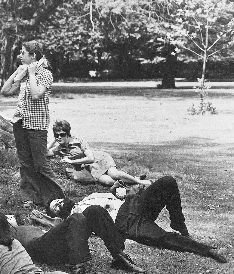 Londra, Hyde Park, 1970: sdraiato al centro, Giovanni Romano
