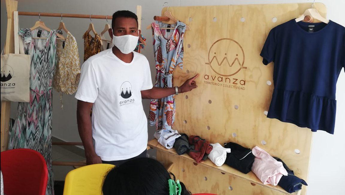 Il marchio «Avanza» nella sartoria della Cooperativa Tessendo Pace a Bogotà