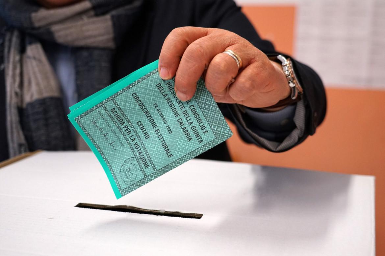 Un elettore vota durante le scorse elezioni in Calabria