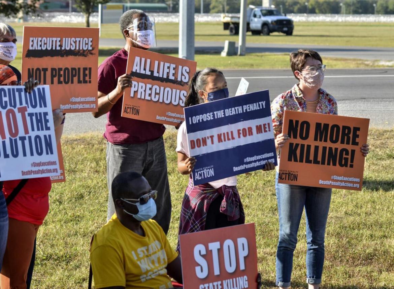 Contro la pena di morte davanti al carcere di Terre Haute, Indiana, dove è prevista l'esecuzione di Lisa Montgomery