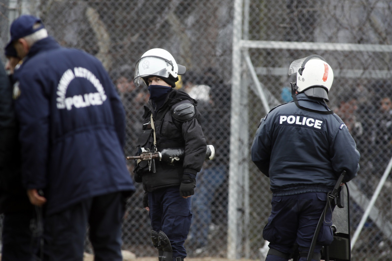 Polizia greca al confine con la Turchia per respingere i profughi siriani