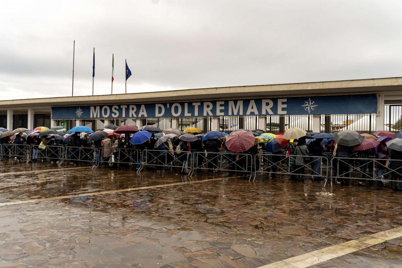 La fila per vaccinarsi alla Mostra d'Oltremare, Napoli