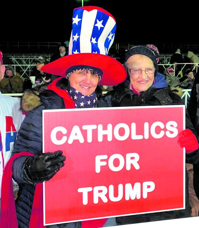 Sostenitori cattolici di Trump durante un comizio