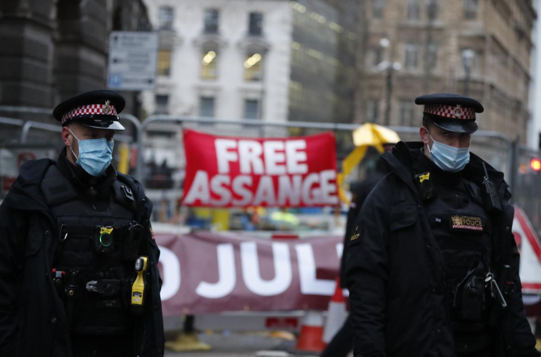 Striscioni a Londra contro l'estradizione di Assange negli Usa