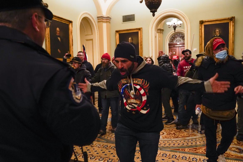 Manifestanti pro Trump dentro Capitol Hill