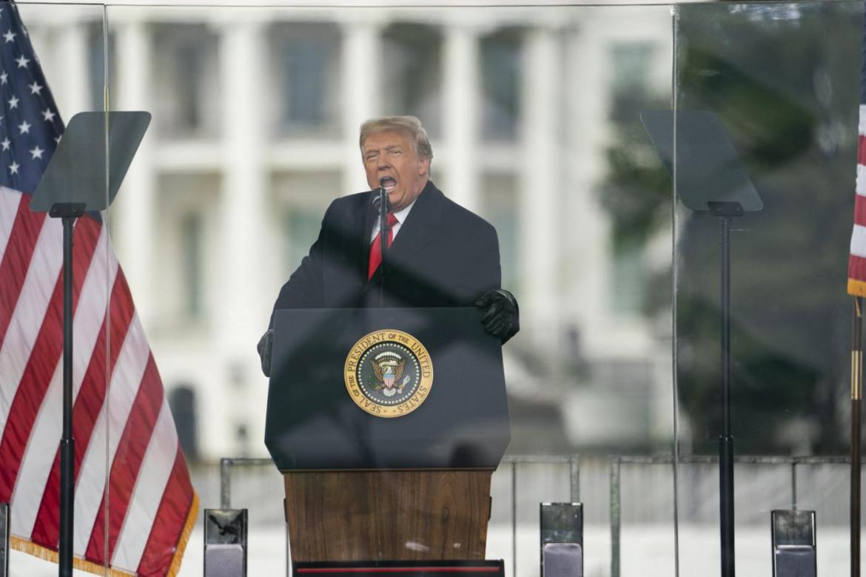 Il presidente degli Stati Uniti Donald Trump mentre incita i suoi sostenitori alla rivolta a Washington, poco prima degli scontri del 6 gennaio al palazzo del Congresso