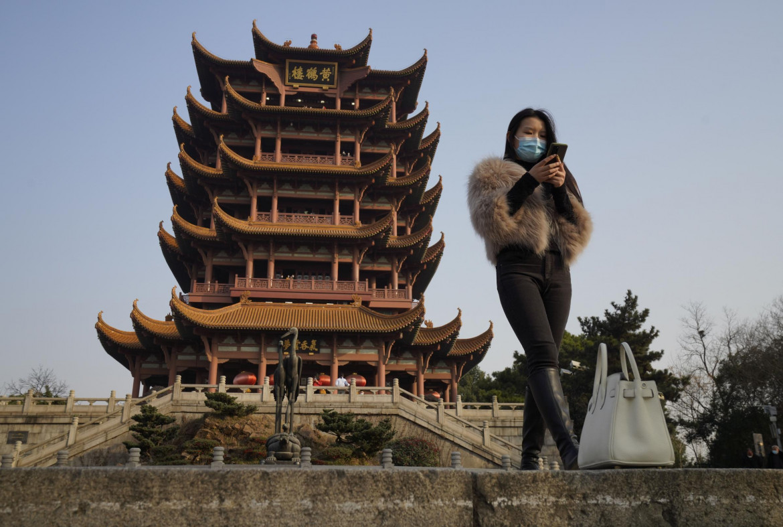 Una ragazza con lo smartphone a Wuhan