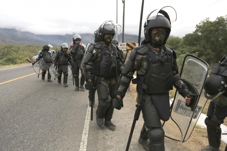 La polizia guatemaltaca che ha respinto la carovana migranti