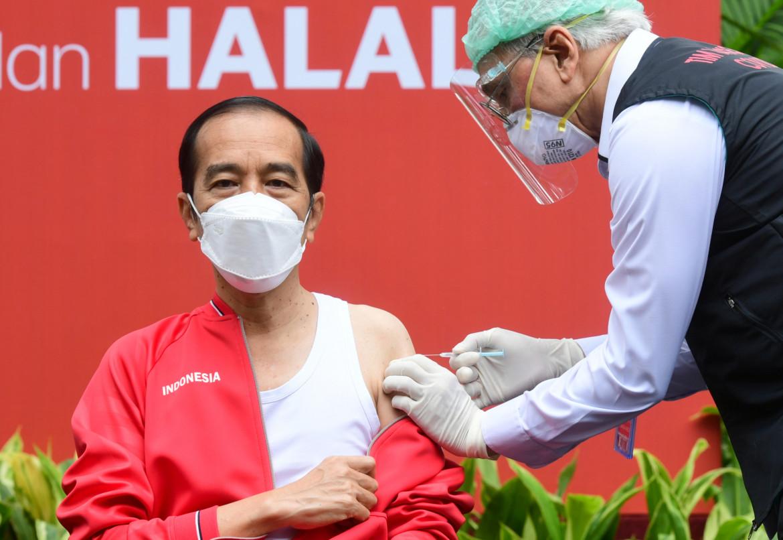Il presidente indonesiano Joko Widodo riceve la seconda dose del vaccino cinese