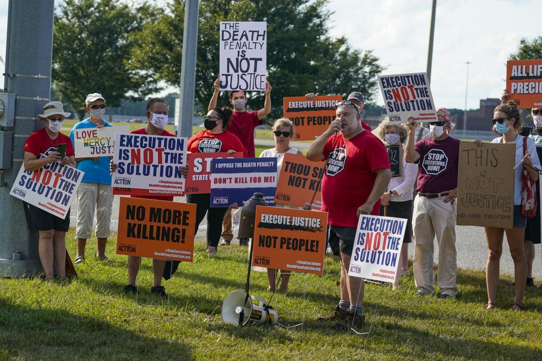 Manifestanti contro la pena di morte fuori dalla prigione federale di Terre Haute in Indiana, dove è stata uccisa Lisa Montgomery
