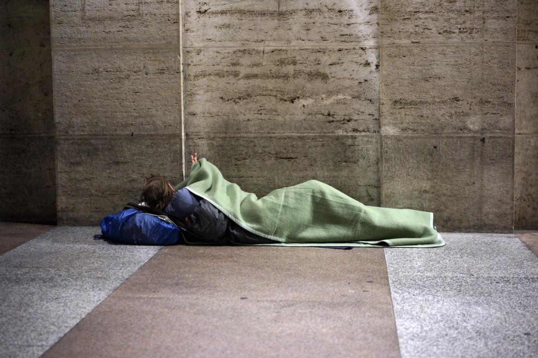 Una persona senza casa a Roma