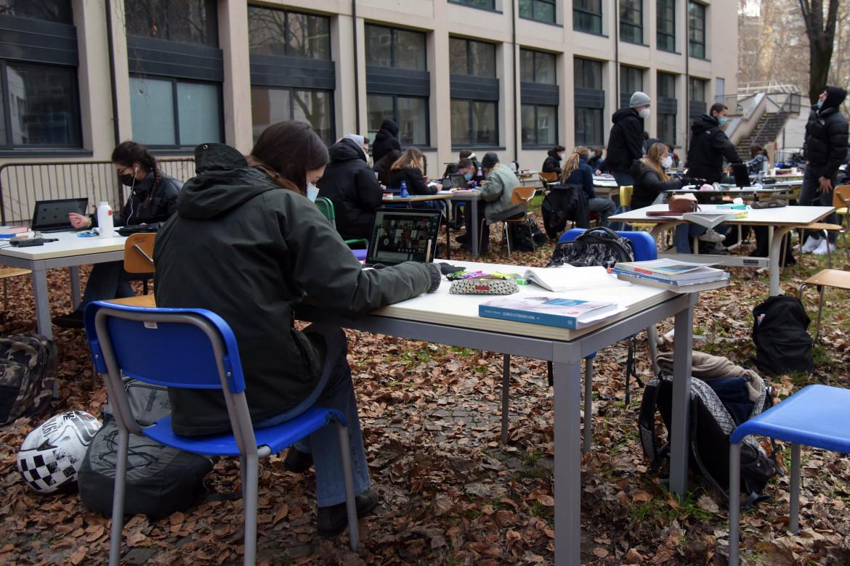 Milano, la protesta degli studenti al liceo Severi