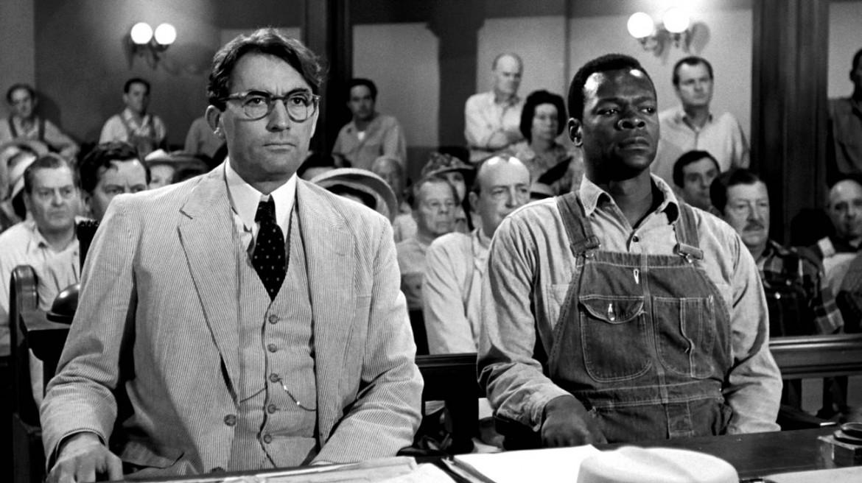 Gregory Peck nel ruolo di Atticus Finch  in «To Kill a Mockingbird», adattamento  di Robert Mulligan (1962) da «Il buio oltre la siepe»
