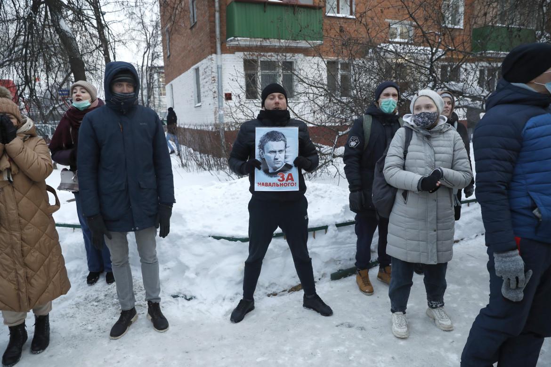 Sostenitori di Alexej Navalny di fronte al commissariato di Mosca in cui è detenuto l'oppositore russo