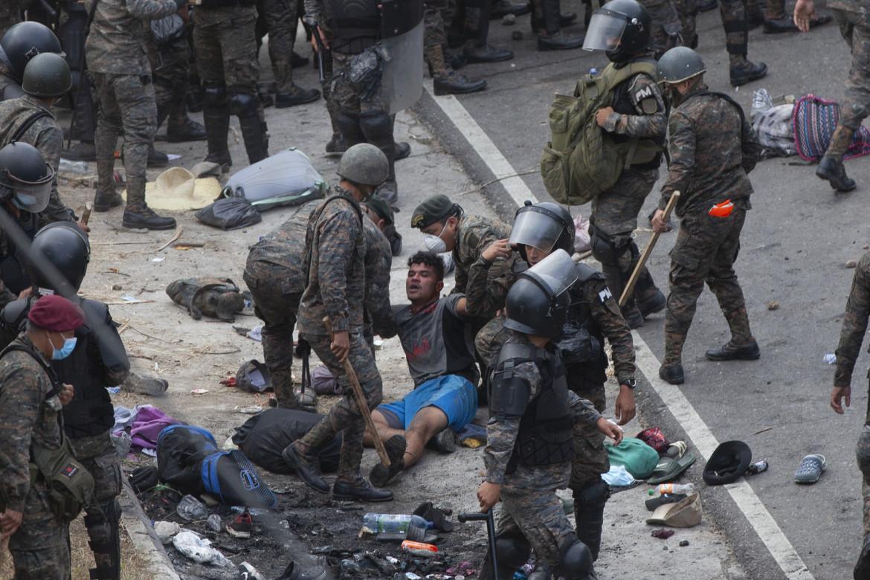 Migranti honduregni picchiati dalla polizia a Vado Hondo, Guatemala