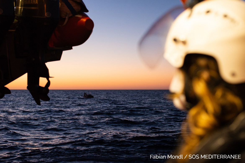 Un gommone in difficoltà avvistato dall'equipaggio della Ocean Viking