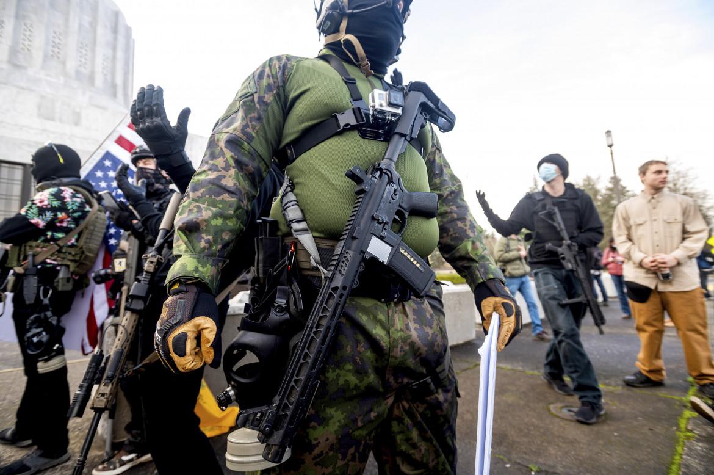Membri armati dei Liberty Boys davanti al Campidoglio dell'Oregon