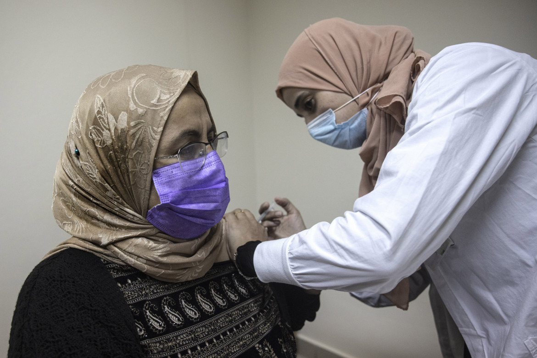 Una donna beduina cittadina israeliana riceve la prima dose di vaccino Pfizer a Segev Shalom