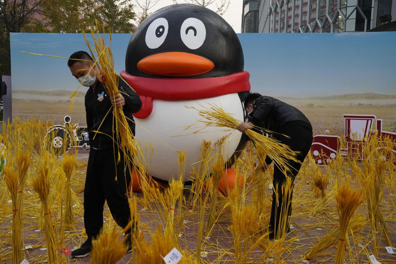 La mascotte di Tencent a Pechino e la sua aiuola di riso finto