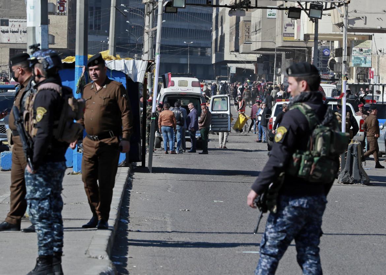 Le forze di sicurezza irachene sul luogo dell'attentato di ieri a Baghdad