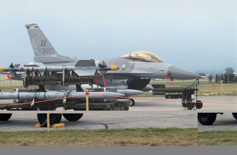 Carico di missili su un aereo F-16 nella base aerea statunitense di Aviano, Pordenone