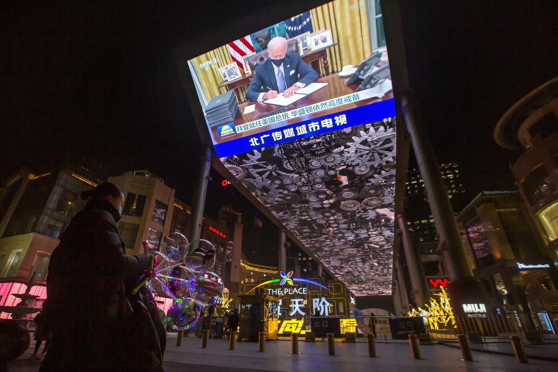 Maxi schermo in Cina con l'insediamento di Biden