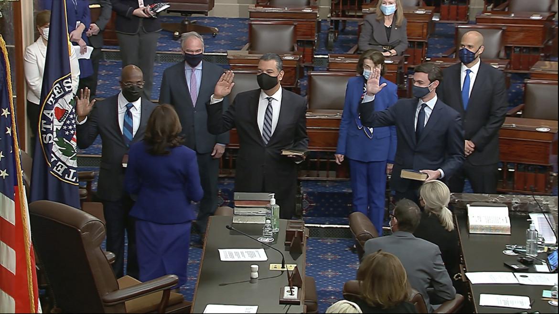 La vice presidente Kamala Harris a Capitol Hill, durante il giuramento di tre nuovi senatori dem