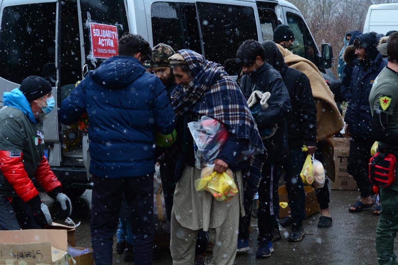 Volontari distribuiscono aiuti ai migranti di Bihaç