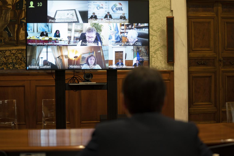 Il presidente del consiglio Giuseppe Conte durante la videoconferenza con i sindacati
