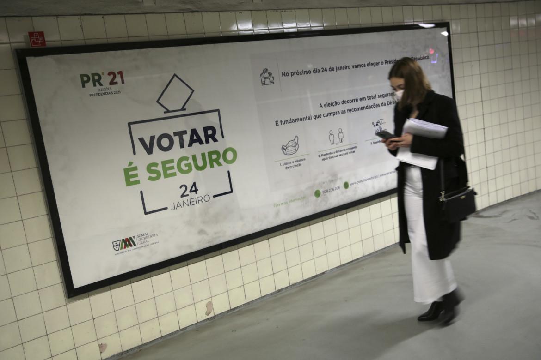 Un rassicurante invito a votare per le presidenziali di oggi in una stazione della metro di Lisbona