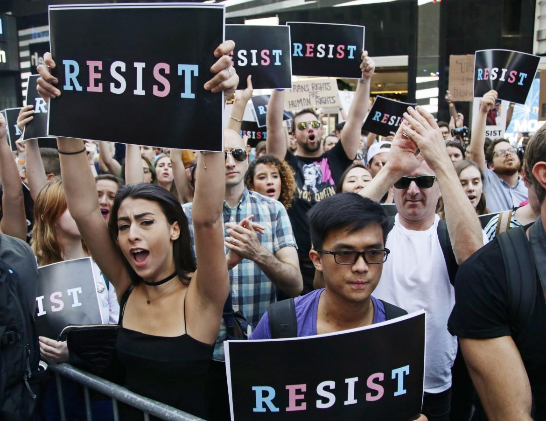 New York, luglio 2017. La protesta per il bando dei transgender dall'esercito imposto dall'amministrazione Trump