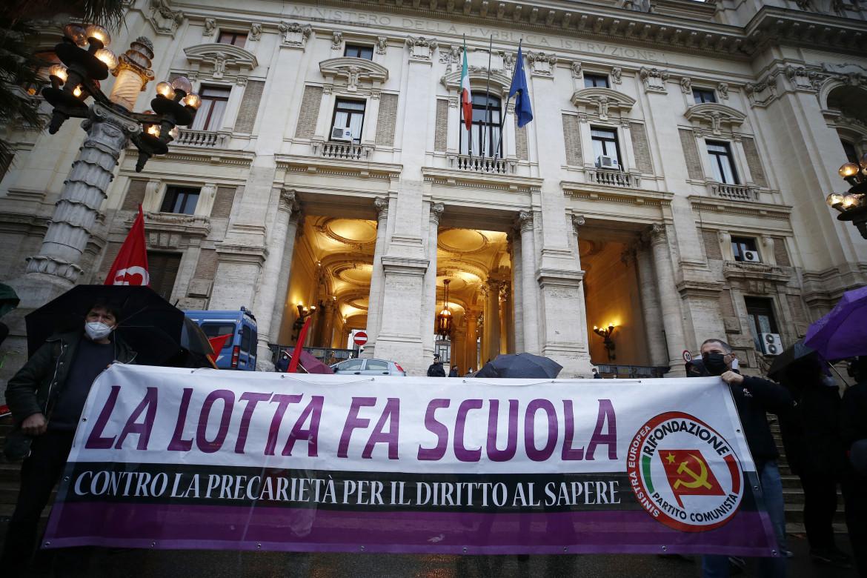 Il sit-in di «Priorità alla scuola», Cobas, Flc Cgil e Uil scuola, Cnps, Rifondazione Comunista e Potere al popolo a Roma,