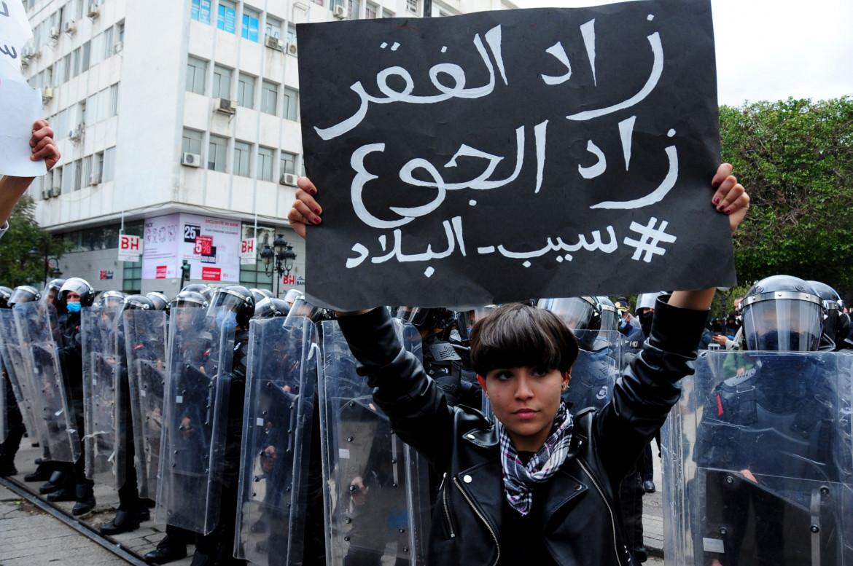 Tunisi, 23 gennaio 2021. Il cartello recita «La miseria avanza, la fame aumenta»