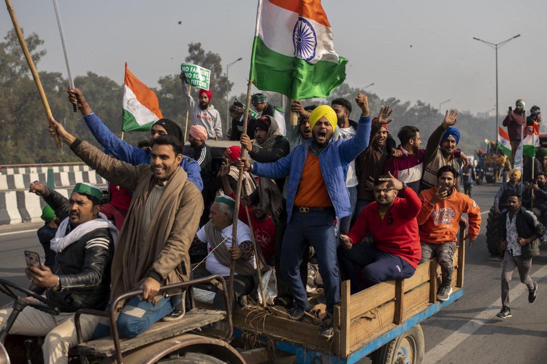 Contadini indiana arrivano a Delhi per la manifestazione di protesta