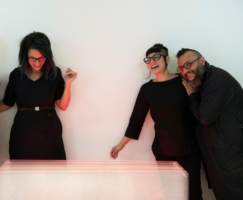 A sinistra la curatrice Arianna Forte, a destra gli ideatori del progetto Oriana Persico e Salvatore Iaconesi
