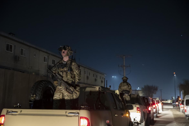 Soldati americani di guardia per la visita di Donald Trump alla base aerea di Bagram, Afghanistan